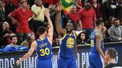Stephen Curry wird bei den Golden State Warriors weiter mit Draymond Green zusammenspielen
