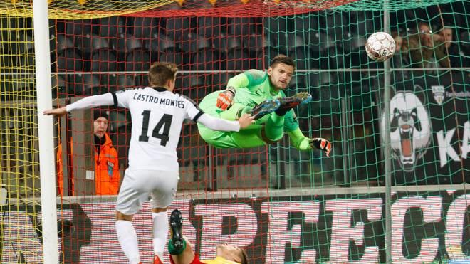 Fliegt Hendrik van Crombrugge bald durch den Strafraum des FC Schalke