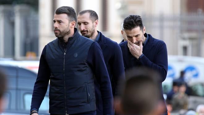 Andrea Barzagli (links), Giorgio Chiellini (mitte) und Gianluigi Buffon trauern um Davide Astori