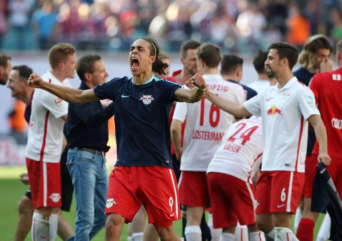 Am 33. Spieltag macht RB Leipzig mit einem 2:0 über den Karlsruher SC endlich den Aufstieg perfekt. Nach einem harten Stück Arbeit fällt dem Tabellenzweiten mit dem Schlusspfiff eine große Last von den Schultern