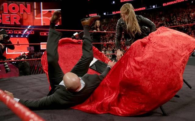 Ronda Rousey (r.) ließ Triple H bei WWE Elimination Chamber 2018 durch einen Tisch fliegen