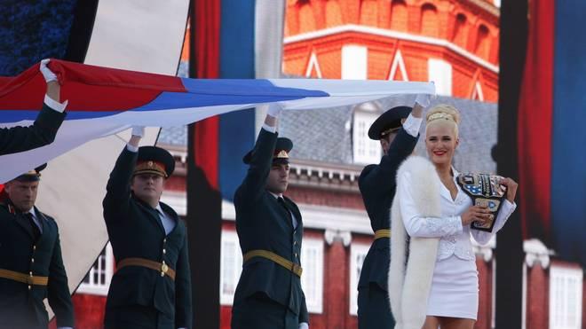 Bei WrestleMania 2015 provozierten die WWE-Bösewichte Rusev und Lana (r.) US-Fans mit der russischen Flagge