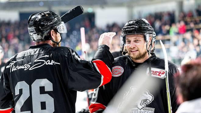 John Mitchell (r.) steuerte ein Tor zum Sieg der Nürnberg Ice Tigers bei