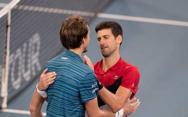 Novak Djokovic (r.) und Daniil Medvedev bei einem Match im Davis Cup