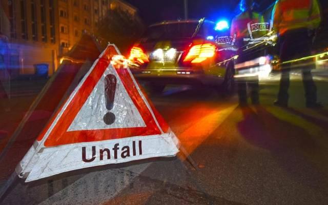 Bei Unfällen auf Kreuzungen gelten die Abbiegeregelungen - auch wenn ein Beteiligter verbotenerweise überholt