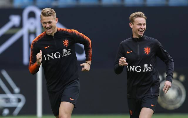 HAMBURG, GERMANY - SEPTEMBER 05: Matthijs de Ligt of Holland smiles with his team mate Frenkie de Jong (R) during a training session of the Netherlands national team prior to the UEFA Euro 2020 Qualifier match against Germany at Volksparkstadion on September 05, 2019 in Hamburg, Germany. (Photo by Alexander Hassenstein/Bongarts/Getty Images)