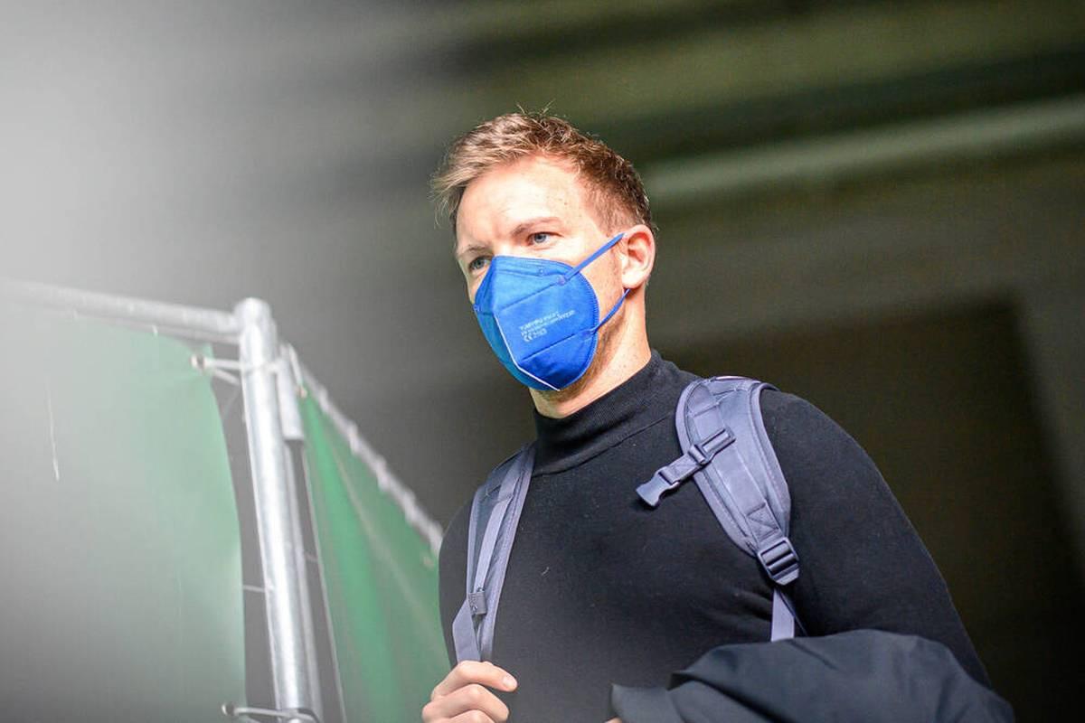Julian Nagelsmann fehlt dem FC Bayern in der Champions League beim Kantersieg gegen Benfica Lissabon. Doch der erkrankte Coach mischt trotzdem mit, wie Vertreter Dino Toppmöller verrät.