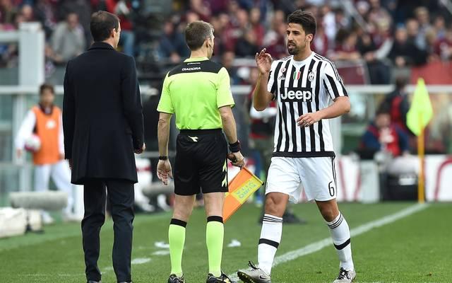 Sami Khedira (r.) sieht im Derby die Rote Karte