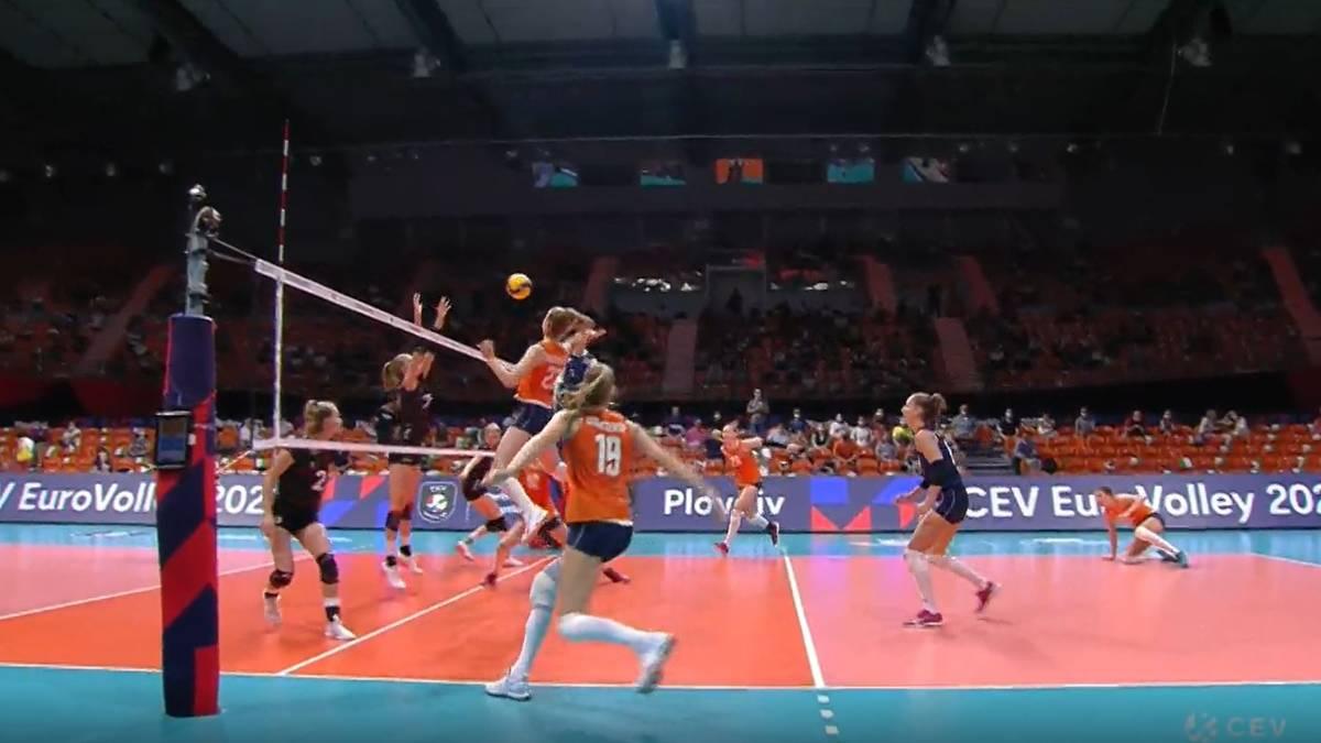 Die deutschen Volleyballerinnen sind bei der EMim Achtelfinale gescheitert. Das Team von Bundestrainer Felix Koslowski verliert gegen die Niederlande mit 1:3 nach Sätzen.