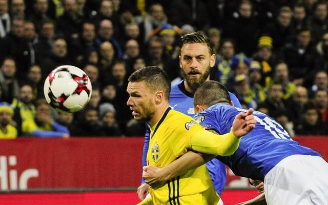 Schwedens Angreifer Marcus Berg (l.) wird in dieser Szene vor den Augen von Daniele de Rossi (M.) von Leonardo Bonucci festgehalten