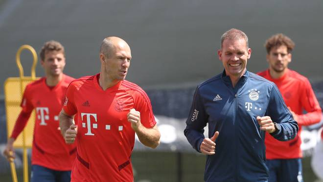 Arjen Robben (l.) dreht nach wie vor mit Holger Broich seine Runden auf dem Bayern-Trainingsgelände