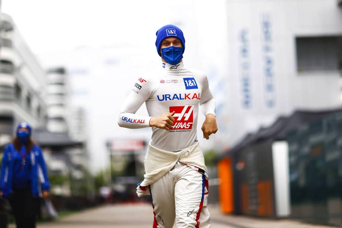 Mick Schumacher zeigt im Qualifying von Sotschi eine glänzende Leistung. Der Haas-Pilot düpiert dabei seinen Teamkollegen Nikita Mazepin. Dennoch ärgert sich der Youngster.