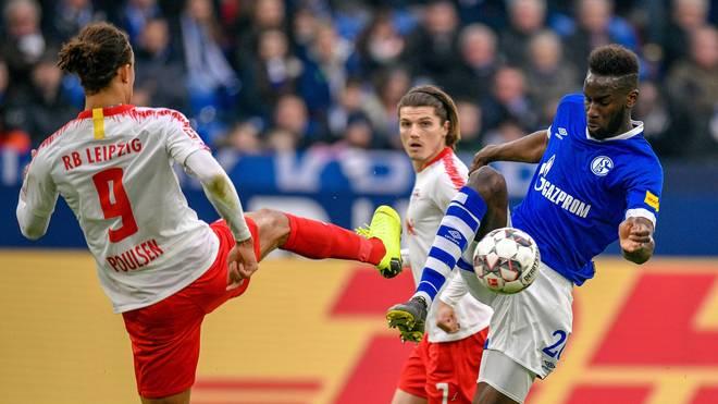 Schalkes Salif Sane im Zweikampf mit Yussuf Poulsen von RB Leipzig