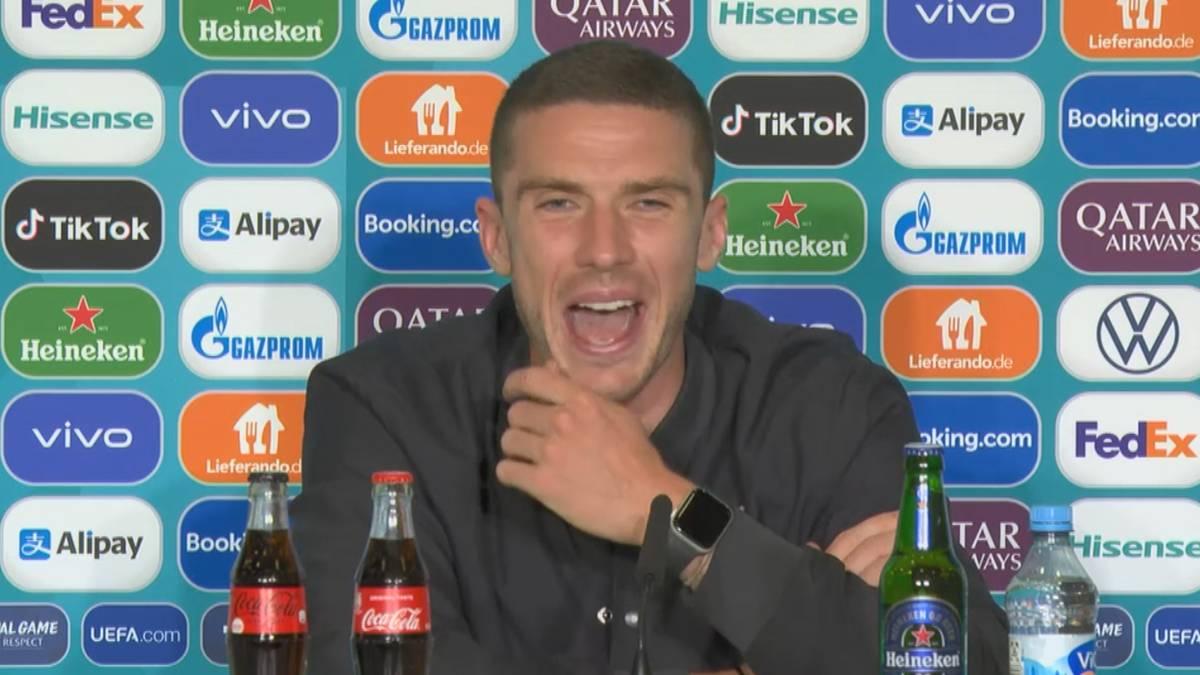 Thomas Müller hat Robin Gosens bei seiner Auswechslung nach rund einer Stunde auf den Arm genommen. Nach der Partie lacht der 26-Jährige über das Gespräch mit dem Bayern-Star.