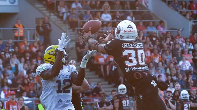 Jaleel Awini (l.) rutschte der Ball aus der Hand