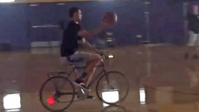 Klay Thompson von den Golden State Warriors mit Ball auf dem Fahrrad