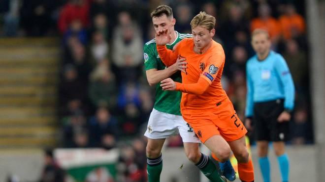 Frenkie De Jong (r.) kommt mit den Niederlande nicht über ein Remis in Nordirland hinaus.