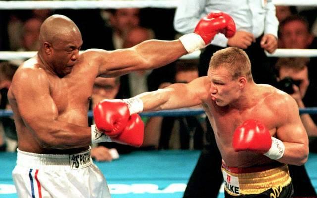 Axel Schulz (r.) schlägt im Boxkampf nach George Foreman