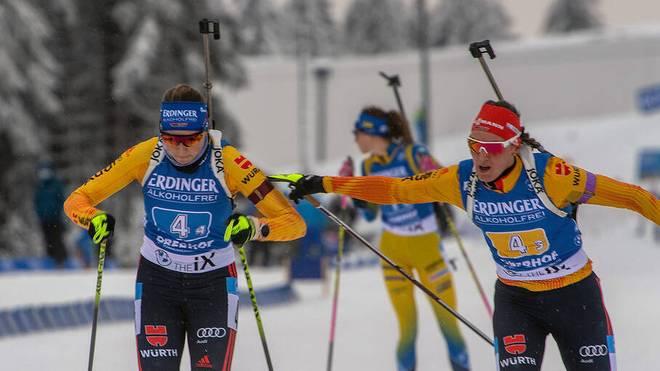 Franziska Preuß (l.) und Denise Herrmann greifen im Sprint nach der WM-Medaille