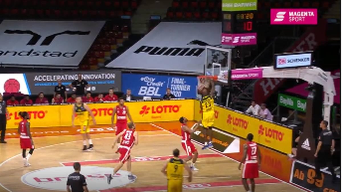 Beim Viertelfinal-Hinspiel kommt die Schlussoffensive von Bamberg gegen EWE Baskets Oldenburg zu spät. Die Brose Baskets müssen um das Halbfinale zittern.