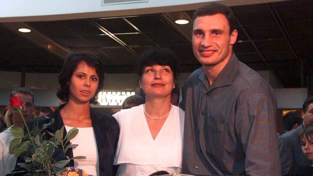 Vitali Klitschko mit Ehefrau Natalie (l.) und Mutter Nadja