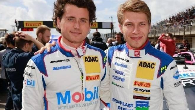 Luca Ludwig und Sebastian Asch greifen 2019 ins Lenkrad eines Ferrari