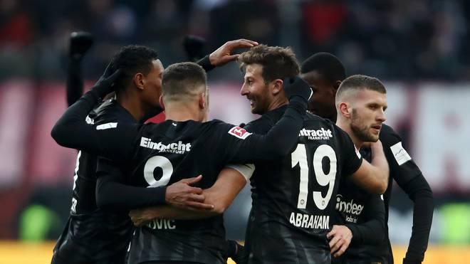 Eintracht Frankfurt: Axel Hellmann spricht über Ambitionen und Erwartungen, Die Profis der Frankfurter Eintracht feiern eines ihrer vielen Tore