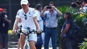Anders als der eine oder andere Fahrer-Kollege betätigt sich Nico Rosberg bereits am frühen Morgen sportlich und fährt mit dem Rad durch die Anlage