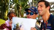 Währenddessen schreibt ein nach Startplatz 3 gut gelaunter Daniel Ricciardo Autogramme und posiert für Fotos. Es stellt sich nur die Frage, warum dieser Fan noch zusätzlich ein Poster des Australiers auf das Bild bekommen will