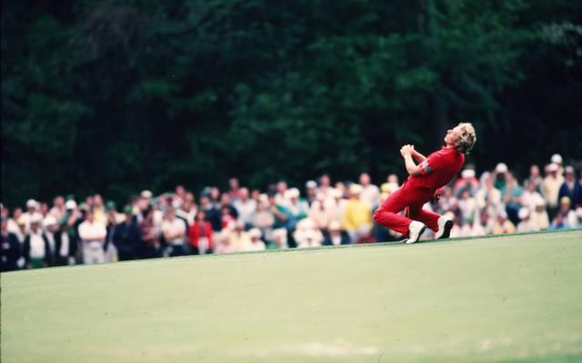 Bernhard Langer sinkt zu Boden - gerade hat er das US Masters gewonnen