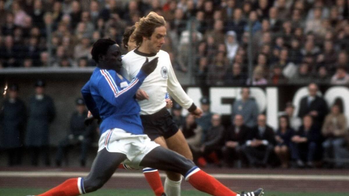 Eines seiner 21 Länderspiele bestritt Adams (l.) gegen Deutschland