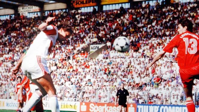Guido Buchwald (li.) köpft mit seinem Treffer den VfB Stuttgart zur Meisterschaft