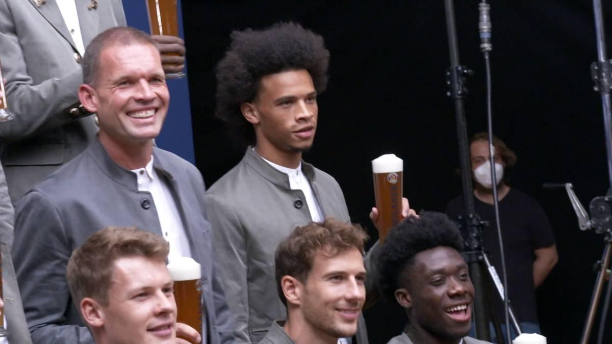 Leroy Sané scheint endgültig angekommen zu sein: Beim Wiesn-Shooting der Bayern trägt der Neuzugang Tracht und überzeugt damit als Neu-Bayer.