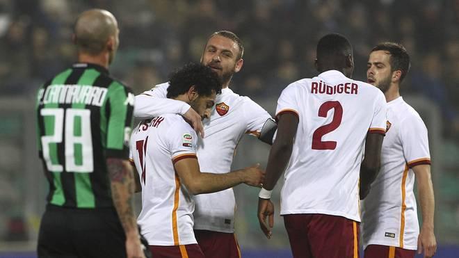 Antonio Rüdiger (2.v.r.) feiert mit dem AS Rom den zweiten Sieg in Folge