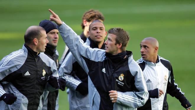 David Beckham (2r.) mit seinem Teamkollegen Luis Figo (2r.), Ronaldo (m.), Zinedine Zidane (l.) und Roberto Carlos (r.) im Jahre 2005 im Training bei Real Madrid