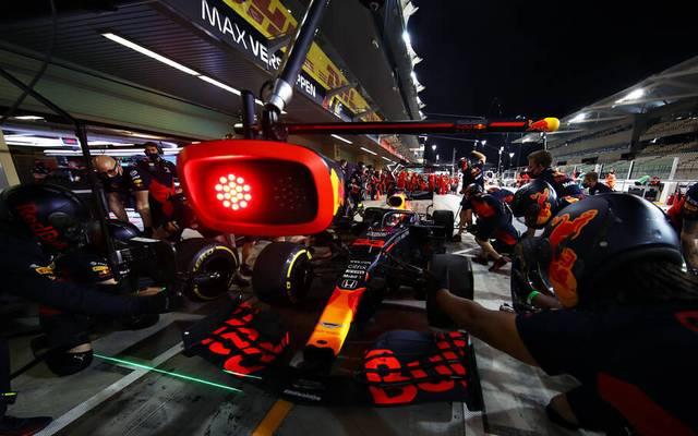 Formel 1 Boxenstopp: Die Ampel signalisiert dem Fahrer wann er weiterfahren kann.