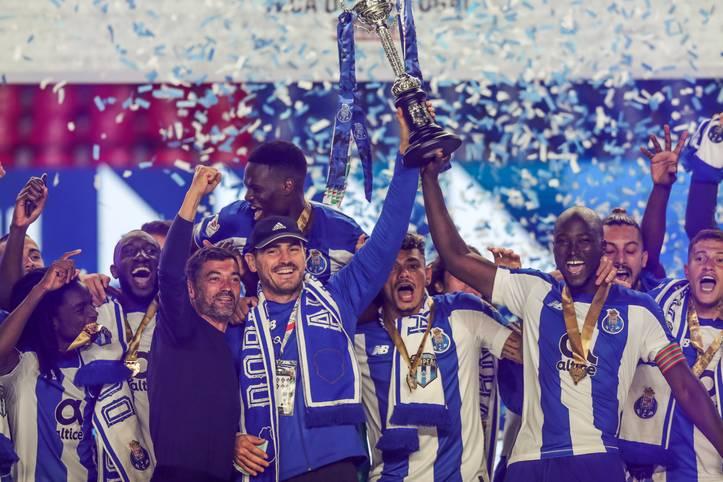 Der portugiesische Pokal ist am 1. August die letzte von unzähligen Trophäen, die Iker Casillas in seiner aktiven Laufbahn in den Himmel reckt. Drei Tage später erklärt der spanische Torhüter des FC Porto seine Karriere für beendet