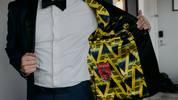 Ein Fan des FC Arsenal lässt sich etwas Besonderes für seinen Hochzeitsanzug einfallen