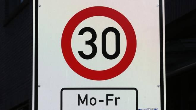 Ein Verkehrsschild fordert Tempo 30 vor einer Schule. Verkehrsschilder für Tempolimits sind oft mit Zusatzzeichen versehe