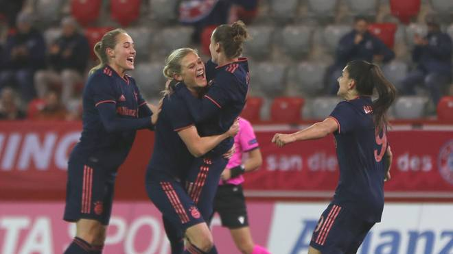 Die Bayern feiern Torschützin Carina Wenninger