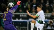Roman Bürki hält für den BVB in Gladbach stark gegen Stefan Lainer