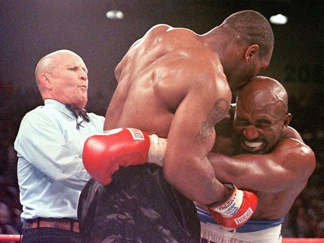 """Genau 22 Jahre ist es her, dass es zu dieser gewaltvoll-legendären Szene kommt: Am 28. Juni 1997 beißt Mike Tyson seinem Gegner Evander Holyfield einen Teil des rechten Ohres ab. Daraufhin wird """"Iron Mike"""" disqualifiziert"""