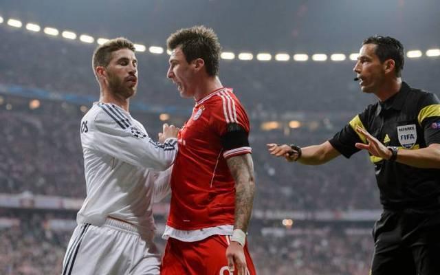 Mario Mandzukic (l.) geigt Real Madrids Sergio Ramos die Meinung