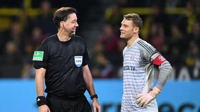 Manuel Gräfe (l.) pfeift das Topspiel zwischen dem FC Bayern und Schalke 04