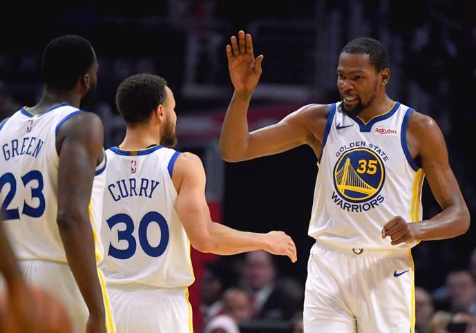 Kevin Durant spielt aktuell wie im Rausch. In den letzten beiden Playoff-Spielen gegen die Clippers legte der Superstar 45 und 50 Punkte auf und ballerte seine Warriors in die 2. Runde. Dort waren es in Spiel 1 gegen die Rockets immerhin 35