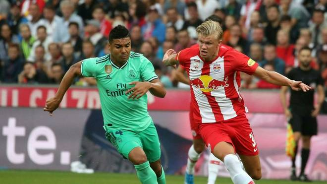 Real Madrid's Brazilian midfielder Casemiro (L) and FC Red Bull Salzburg's Norwegian forward Erling Braut Haland during the pre-Season friendly football match FC Red Bull Salzburg v Real Madrid in Salzburg, Austria on August 7, 2019. (Photo by KRUGFOTO / APA / AFP) / Austria OUT        (Photo credit should read KRUGFOTO/AFP/Getty Images)