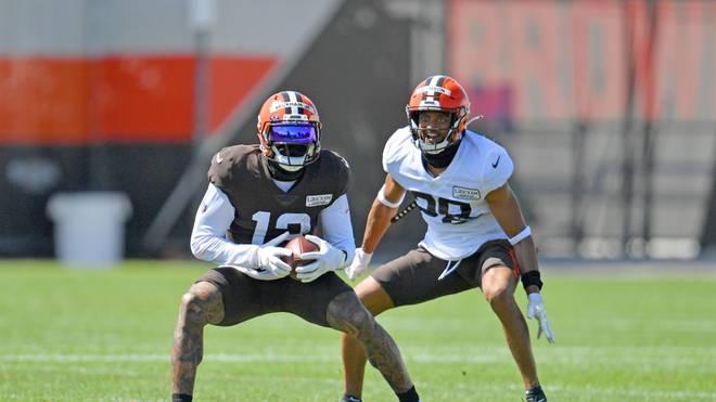 Kevin Johnson (r.) im Duell mit Odell Beckham Jr. während des Training Camps.