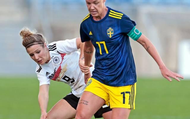 Svenja Huth (l.) traf für Deutschland gegen Schweden beim Algarve Cup