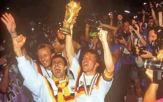 1. DEUTSCHLAND IST REIF FÜR DEN TITEL: Nach dem bislang letzten WM-Titel 1990  schaffte es die DFB-Elf zweimal ins Finale, wurde 2002 unter Rudi Völler Vize-Weltmeister und 2006 und 2010 zweimal Dritter. Zum vierten Mal in Folge steht die Mannschaft im Ha