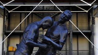 Die Statue von Zinedine Zidane und Marco Materazzi wurde 2012 in Paris enthüllt